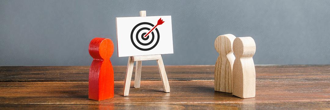 Quais critérios estão na base da escolha do meio para veiculação de um anúncio publicitário?
